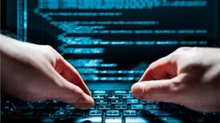 Pessoa mexe em um computador