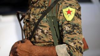 عنصر من وحدات حماية الشعب الكردية السورية