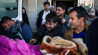 A man from Mosul mourns the death of his relative outside a hospital in Irbil (22 December 2016)