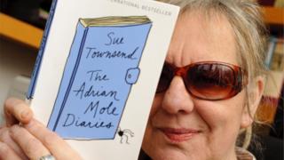 Сью Таунсенд с книжкой о Моуле