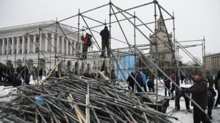 На Майдані акція протесту, під час якої розібрали залізні конструкції