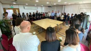 Sáng hôm 4/11, Đại sứ quán và Tổng lãnh sự quán Anh tại Việt Nam đã dành một phút mặc niệm để tưởng nhớ 39 nạn nhân thiệt mạng trong thảm kịch tại #Essex, Anh.