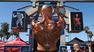 Мужчина качает мышцы