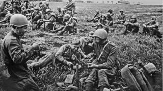 Радянські солдати на привалі під час маршу, 1944 рік