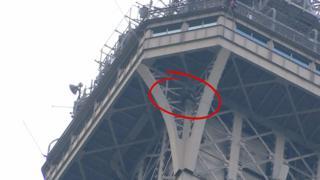 Мужчина залез на Эйфелеву башню