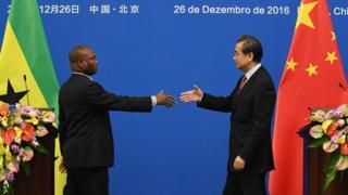 王毅(右)与博特略(左)握手(26/12/2016)