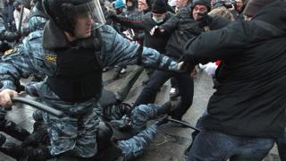 Un enfrentamiento entre policías rusos y aficionados violentos.