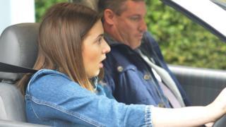 žena vozi za auto