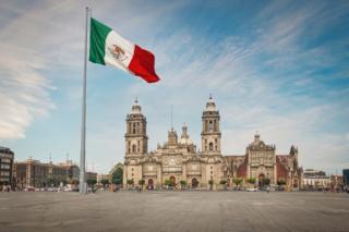 El Palacio Nacional y la Catedral Metropolitana (en la imagen, en el fondo) rodean la Plaza de la Constitución de Ciudad de México.