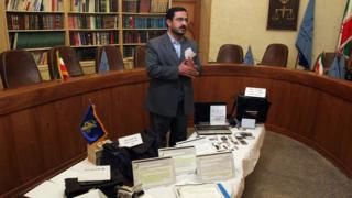 عکسی از آقای مرتضوی در آذرماه ۱۳۸۷. او میگوید این اشیا متعلق به سه متهم به جاسوسی است که برای آنها درخواست اعدام خواهد کرد