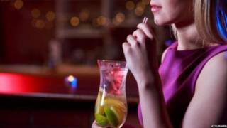 मुलगी ड्रिंक एजॉय करताना