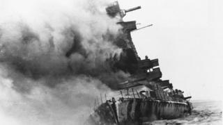 Buque alemán Graf Spee despidiendo columnas de humo frente a la costa de Montevideo en 1939
