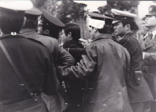 Sinh viên bị cảnh sát Nhật vây quanh