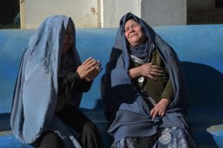रोती हुई दो अफ़ग़ान महिलाएं