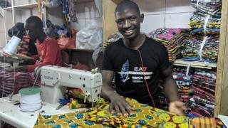 L'un des couturiers de la fabrique artisanale de Sandaga.