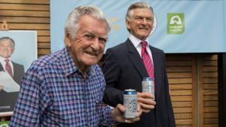 霍克2017年88岁生日,拿着以他命名的啤酒品牌Hawke's Lager,与同样拿着啤酒的霍克蜡像模型合照。