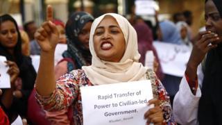Umugore ari mu myiyerekano muri Sudani mu kwezi kwa gatanu 2019