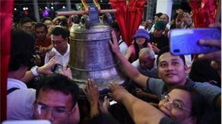 အမေရိကန်ရဲ့ ကိုလိုနီလက်အောက်ကနေ လွတ်မြောက်ဖို့ ကြိုးစားရာမှာ ဒီခေါင်း လောင်းတွေဟာ လွတ်လပ်ရေးရဲ့ သင်္ကေတအဖြစ် ဖိလစ်ပိုင်တို့က မှတ်ယူထား ပါတယ်