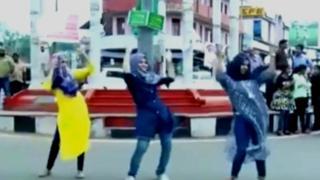 انڈیا کی ریاست کیرالہ میں ایڈز کے بارے میں بیداری کرنے کے فلیش ڈانس کے ایک پروگرام میں تین حجابی مسلم لڑکیوں کے حصہ لینے پر انہیں سوشل میڈیا پر نشانہ بنایا جا رہا ہے