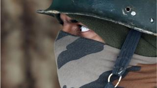 कश्मीर में तैनात सेना के जवान का क्लोज़ अप