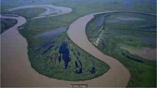 Các nguồn nước đã luôn tạo thành ranh giới tự nhiên giữa các quốc gia, buộc người con người phải nghĩ ra cách để chia sẻ nước một cách hòa bình.