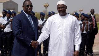 Le président Adama Barrow salué par son homologue sénégalais Macky Sall, à son arrivée jeudi à l'aéroport Léopold Sédar Senghor