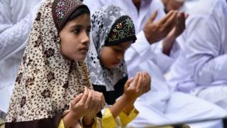 இந்தியாவின் அஸ்ஸாம் மாநிலத்தின் குவஹாத்தி ஈத்காவில் பக்ரீத் திருவிழாவின்போது தொழுகை செய்யும் சிறுமிகள்
