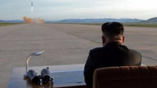 Ông Kim đã đích thân theo dõi việc phóng một tên lửa đạn đạo Hwasong-12 vào hôm thứ Sáu.