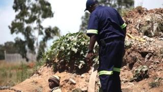 Le 25 août, un petit séisme avait provoqué l'effondrement d'une partie de la mine de Kusasalethu près de Carletonville, à 80 km au sud-ouest de Johannesburg.