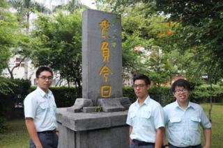 """台湾台中一中学生们制定首个""""学生政党法"""",已有两政党登记。 (左为学生议会副议长彭昫、中为学生会长韩云、右为学生评议委员会主任委员李明泽)。"""