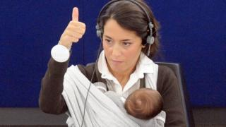Licija glasa sa bebom u naručju