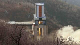 昨年9月に公開された大陸間弾道ミサイル(ICBM)用ロケット噴射の性能テスト写真。東倉里の西海(ソヘ)衛星発射場で。撮影時期は不明。