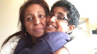 Karanbir Cheema y su mader Rina