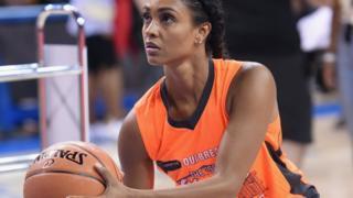 게임에 포함된 여성 중 한 명인 농구 선수이자 배우, 브리트니 엘레나는 흥분을 감추지 않았다