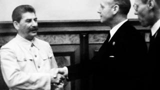 23 серпня 1939 року. Сталін тисне руку Ріббентропу