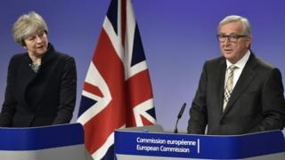 นายกรัฐมนตรีอังกฤษแถลงข่าวร่วมกับนายฌอง-โคลด ยุงเกอร์ ประธานคณะกรรมาธิการยุโรป