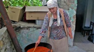 В Скопье Аня Мутич помогала двум македонским женщинам варить айвар (на снимке одна из ее новых знакомых размешивает готовящийся айвар)