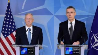 ABD'nin yeni Savunma Bakanı James Mattis (solda) ve NATO Genel Sekreteri Jens Stoltenberg