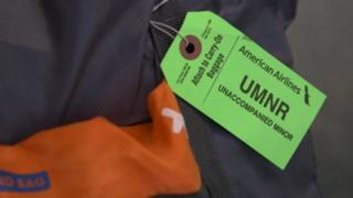 La etiqueta que lleva el bolso de Brayan