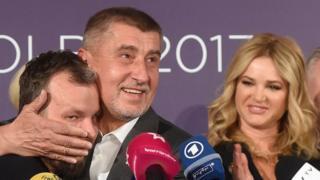 Andrej Babis (centro), del movimiento ANO, abraza a Marek Prchal, director de Relaciones Públicas de su campaña, tras la victoria electoral, octubre 21, 2017 en Praga.