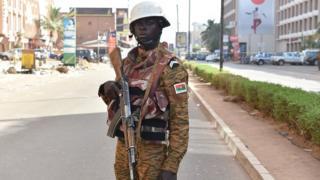 Un soldat burkinabé surveille la rue lors de l'attaque de Ouagadougou
