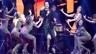 """Víctor Manuelle cantando """"Amarte Duro"""" en los premios Billboard del pasado 26 de abril en Las Vegas, Nevada."""