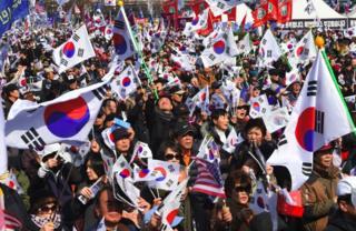 ปัก กึน เฮ, ถอดถอน, ประธานาธิบดี, เกาหลีใต้, จับกุม, ทุจริต, ศาลรัฐธรรมนูญ, มูน แจ อิน, ทำเนียบ, บลูเฮาส์, ปะทะ, เสียชีวิต