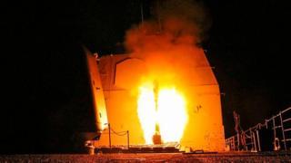 เรือรบยูเอสเอสมอนเทอเรย์ของสหรัฐฯ ยิง ขีปนาวุธโทมาฮอว์คเข้าใส่เป้าหมายในซีเรียเมื่อวานนี้