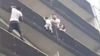 Малиец спасает ребенка с балкона пятого этажа