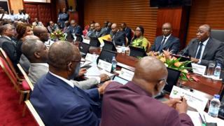 Le Premier ministre ivoirien Amadou Gon Coulibaly (R) s'exprime aux côtés des membres du gouvernement lors d'une réunion avec les dirigeants politiques et les représentants de la société civile du pays le 17 février 2020