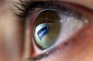 Ojo con reflejo del logo de Facebook.