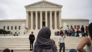 ABD Yüksek Mahkemesi önünde başörtülü bir kadın