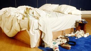 """Обезоруживающая в своей откровенности инсталляция """"Моя кровать"""" британской художницы Трейси Эмин (1998 г.) была продана на аукционе Christie's за 4,3 млн долларов."""