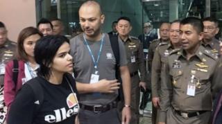 ภาพถ่าย น.ส.ราฮาฟ โมฮาเหม็ด แอล-เคนูน ขณะอยู่ในสนามบินสุวรรณภูมิ เธอบอกว่า ต้องการเป็นอิสรภาพจากประเทศเกิดของเธอคือ ซาอุดีอาระเบีย